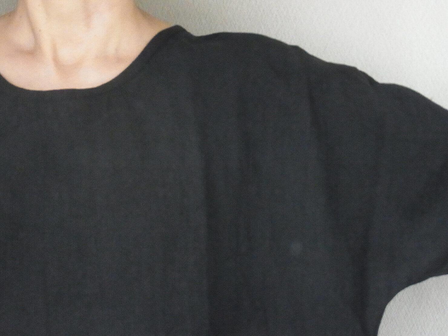 N1 黒リネン長袖ブラウスは肩まわりがゆったりしています