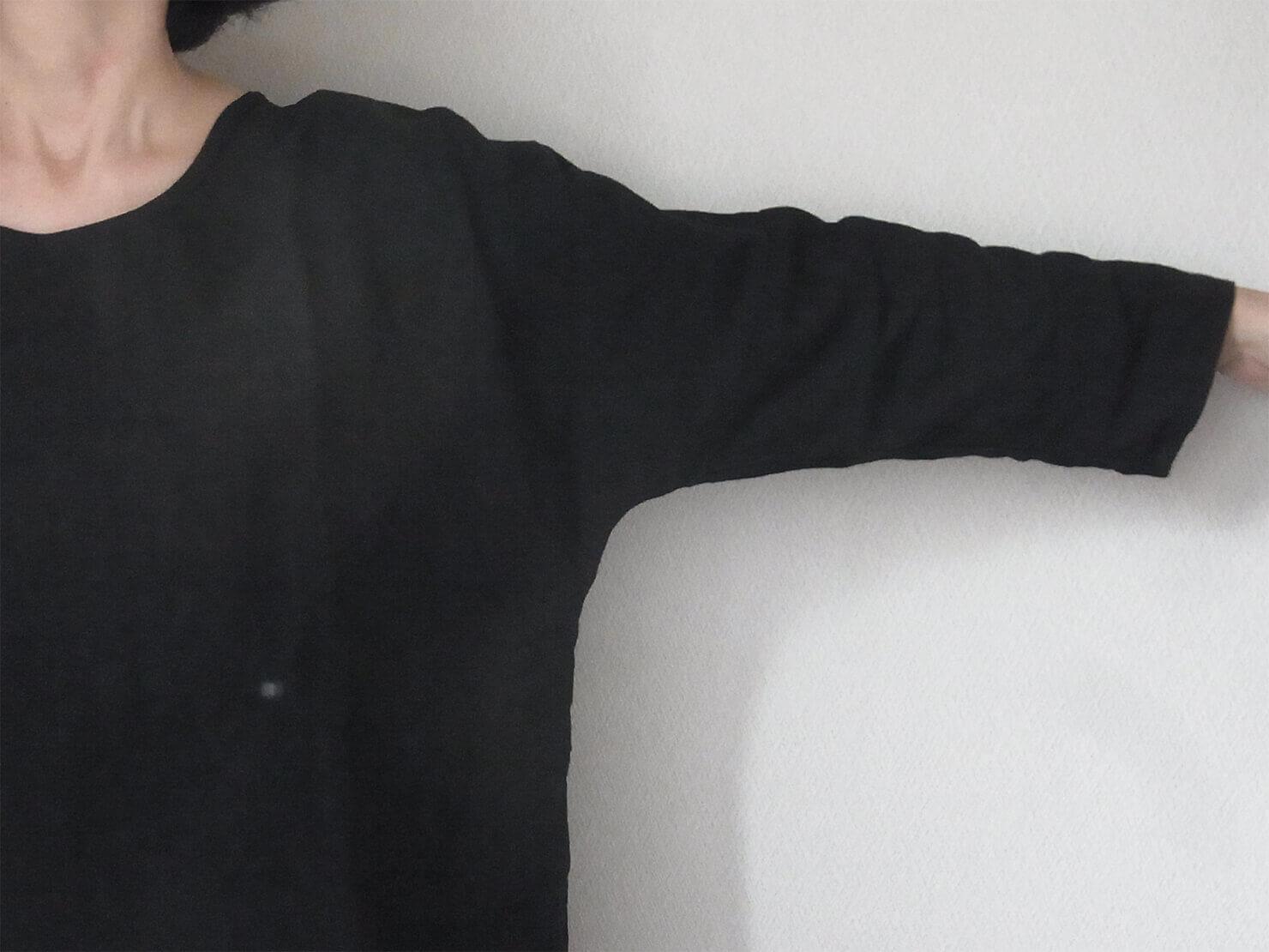 N1 黒リネン長袖ブラウス肩まわり