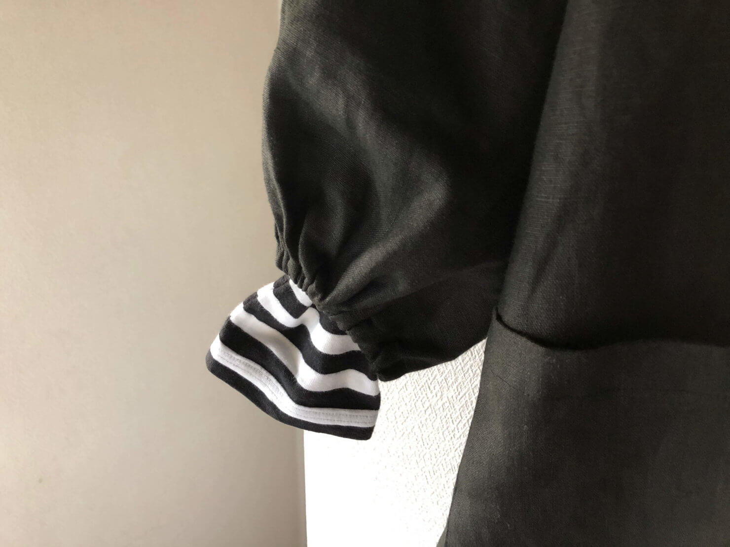 EARTH COLOR制作「黒リネン割烹着」は下に着ている服が見えてもかわいい