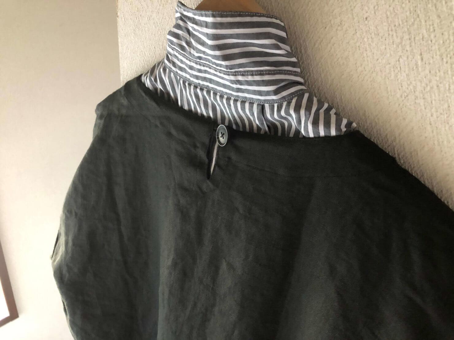EARTH COLOR制作「黒リネン割烹着」の首元後ろにはボタン1つあります