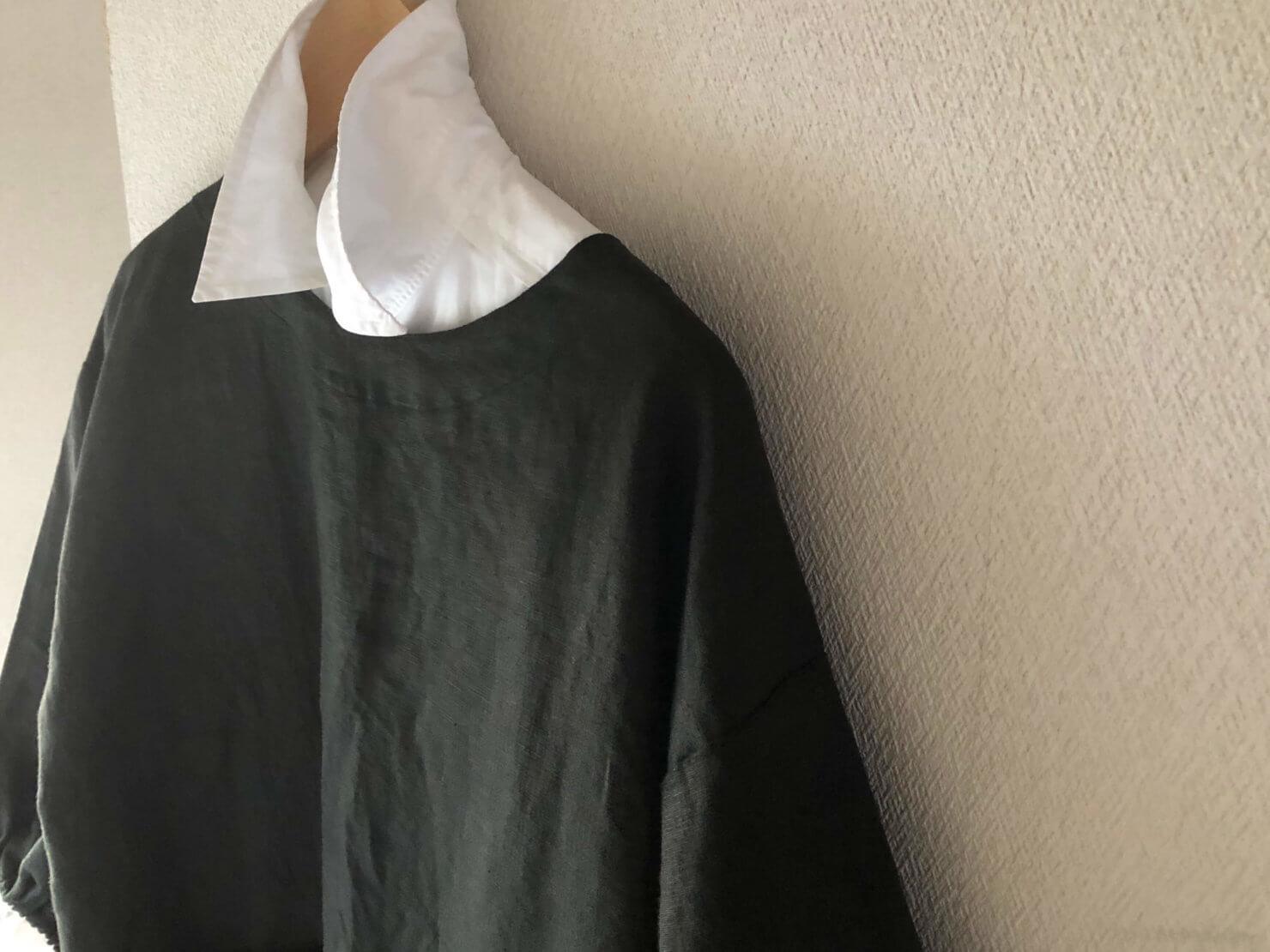EARTH COLOR制作「黒リネン割烹着」は白シャツと合わせてもモノトーンでかっこよく